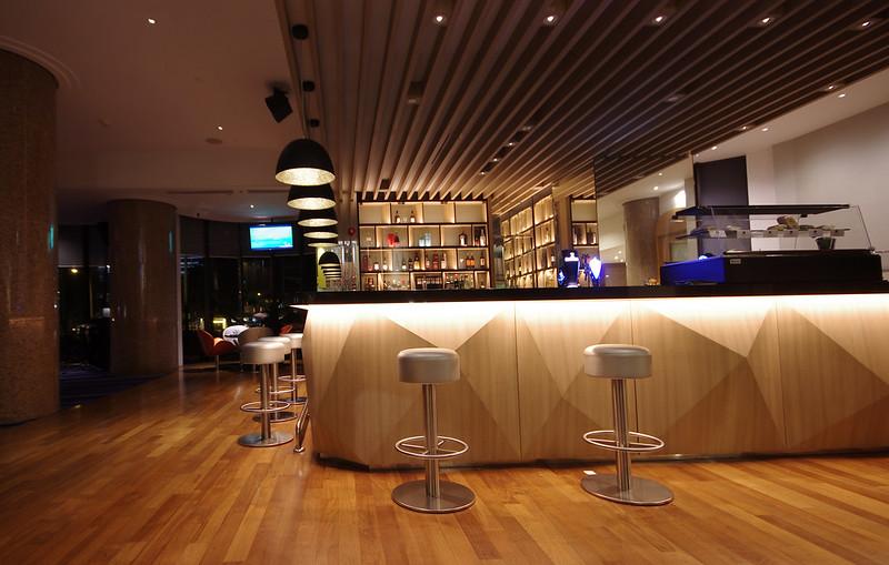 lobby bar holiday inn singapore atrium