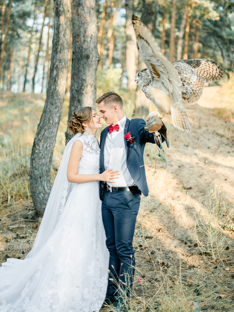 enchanged forest marsala wedding inspiration woodland wedding dress Woodland wedding dress red wedding bouquet for autumn wedding Marsala Wedding Inspiration fabmood