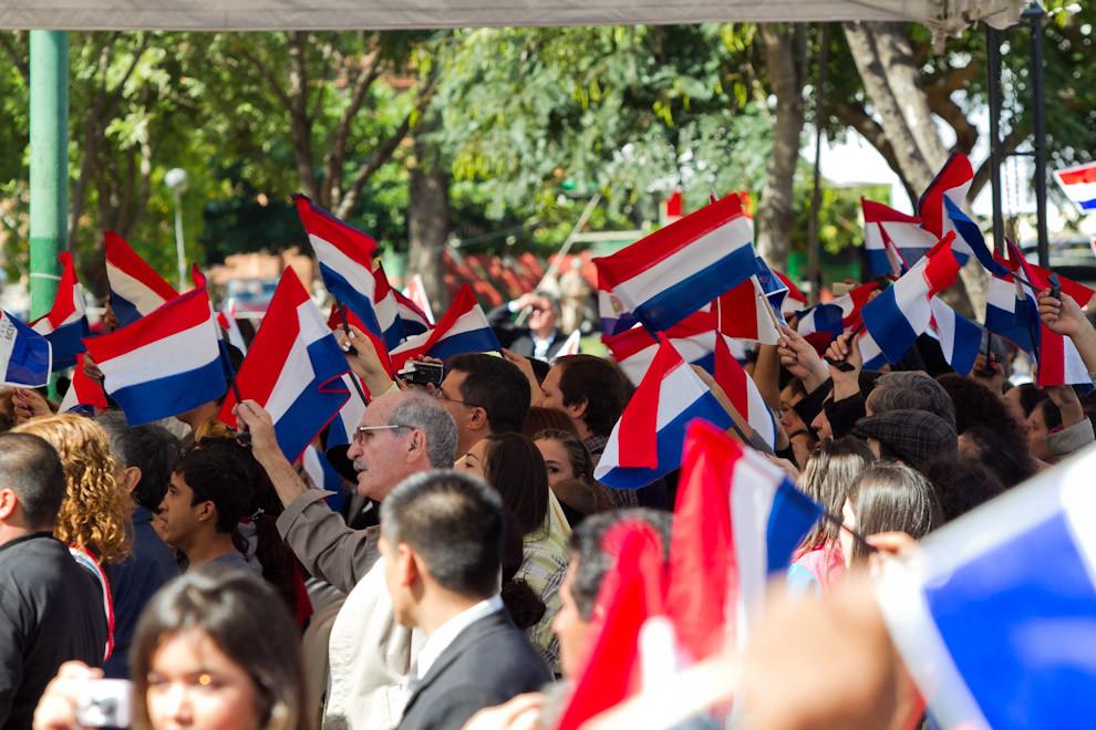 El público agitaba sus banderas la mañana del domingo 15 de mayo, ante 200 arpas que con sus melodías, emocionaban a los presentes.(Tetsu Espósito - Asunción, Paraguay)