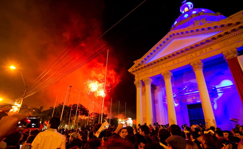 Frente al Panteón Nacional de los Héroes se vivió una verdadera fiesta, donde el pueblo paraguayo esperaba las 0:00 horas para dar las felicitaciones a los 200 años de nuestra querida Nación. (Tetsu Espósito - Asunción, Paraguay)