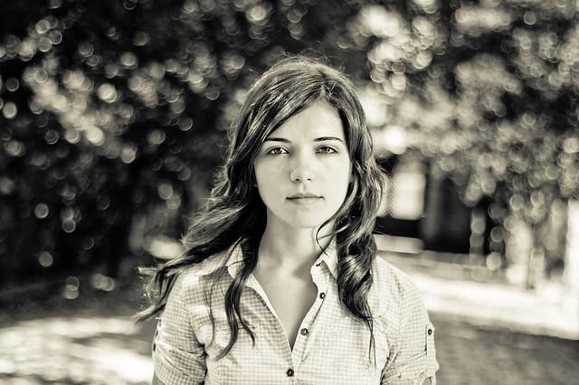 Los lentes primarios de 55mm son perfectos para retratos con fondos suaves. Foto: Angela por Tiago Ribeiro