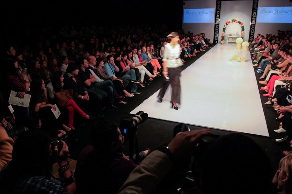 Una de las pasarelas principales del Asuncion Fashion Week con el público y los fotógrafos durante el desfile.(Tetsu Espósito)