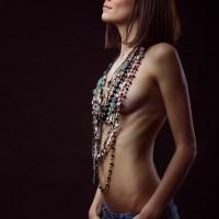 Nackte Frau mit Ketten
