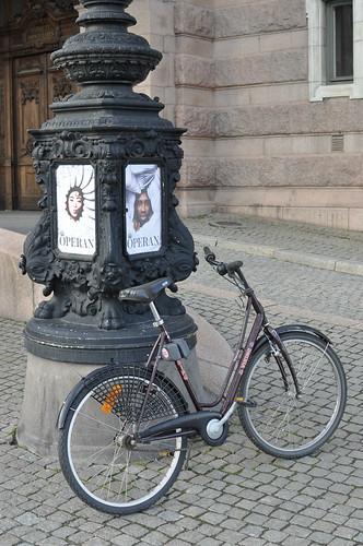 Vélo devant l'Opéra de Stockholm