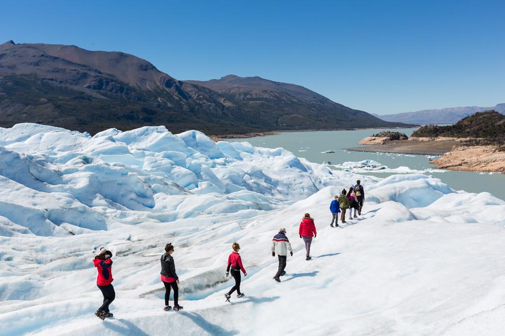 Al finalizar el recorrido de trekking del Glaciar Perito Moreno, con una duración aproximada de 3 horas y la presencia de unos 600 turistas por día en la temporada alta, los guías agasajan al público con un Whisky on the rocks con hielo del glaciar. (Tetsu Espósito).