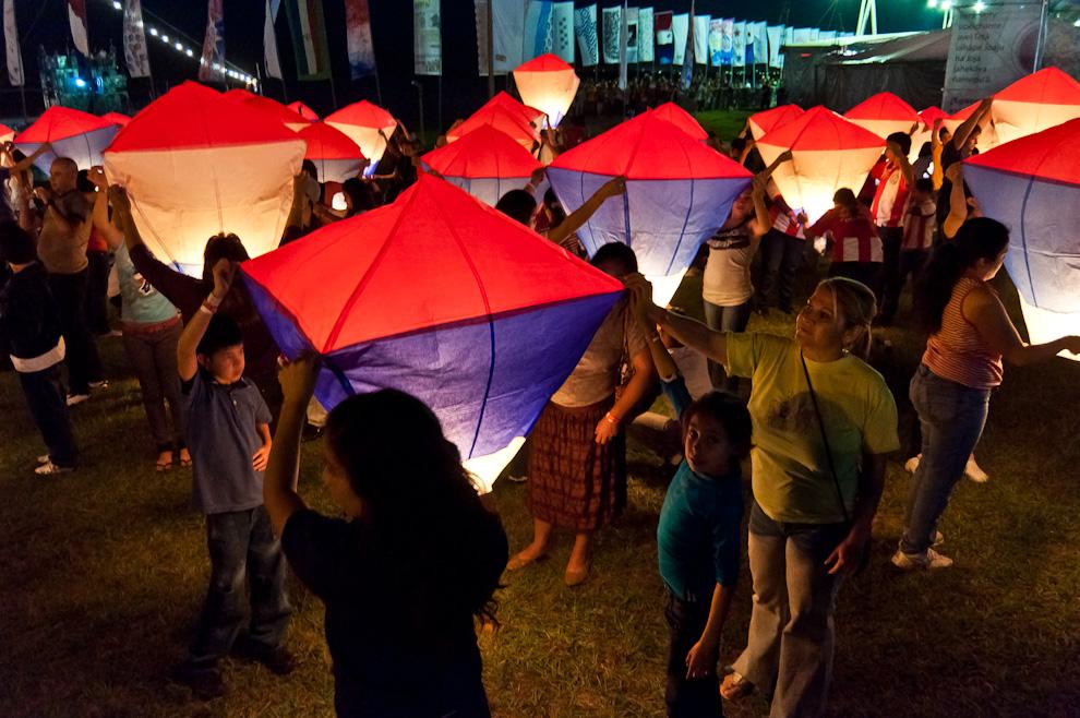 Globos iluminados del Bicentenario, 200 Globos Aerostáticos Multicolores, propulsados con mechas que iluminan el firmamento de la Bahía de Asunción la noche del Jueves 12 de Mayo. (Elton Núñez - Asunción, Paraguay)