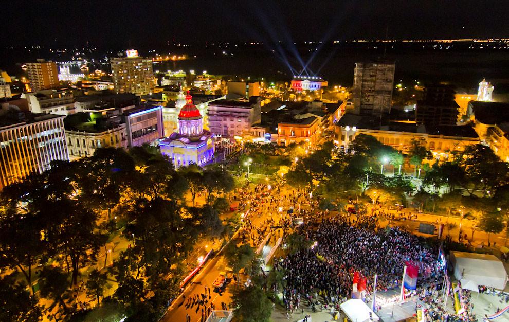 Una vista desde lo alto de un edificio céntrico, permite ver la Plaza de la Democracia, El Panteón de los Héroes, El Cabildo, y el Palacio de López a lo lejos, mientras se realizaban diversos eventos, la noche del domingo 15 de mayo. (Tetsu Espósito - Asunción, Paraguay)