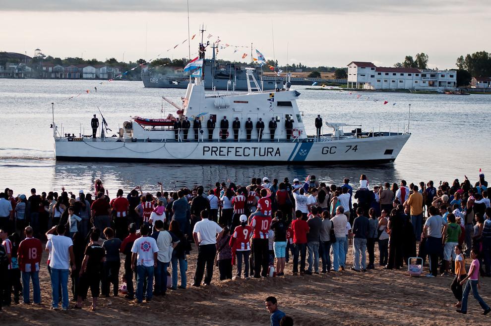 Un Buque de la Prefectura Naval Argentina saluda al público durante la exhibición de 6 Buques de las Armadas Paraguaya, Brasileña y Argentina, que luego quedaron fondeados en la Bahía de Asunción durante el 14 y 15 de Mayo. (Elton Núñez - Asunción, Paraguay)