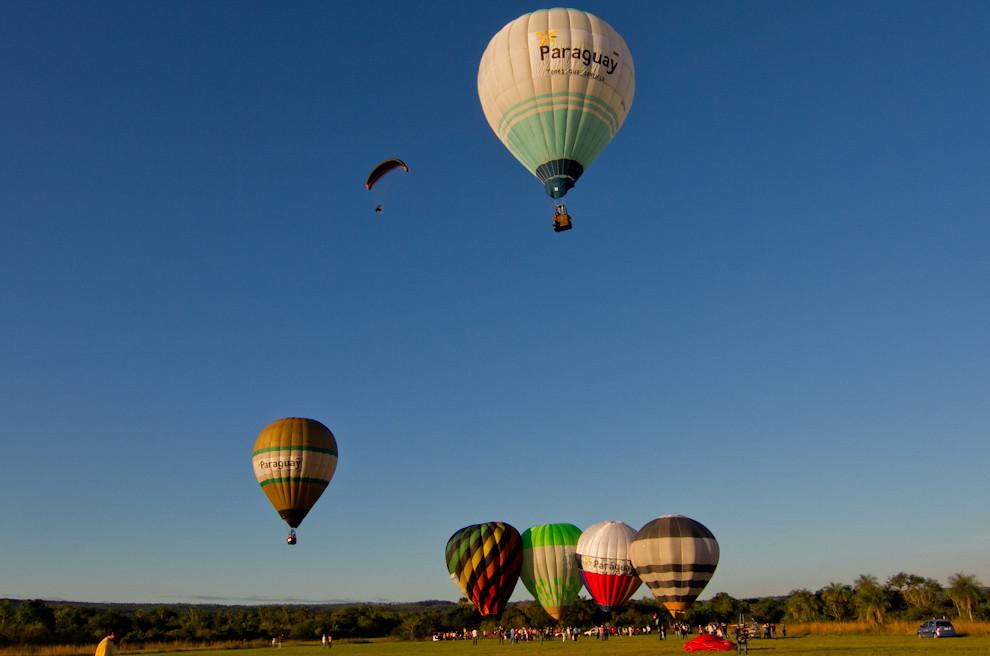 En el Aeródromo Yvytu de San Bernardino, despegaban varios globos aerostáticos mientras atardecía el lunes 16 de mayo. (Tetsu Espósito - Asunción, Paraguay)