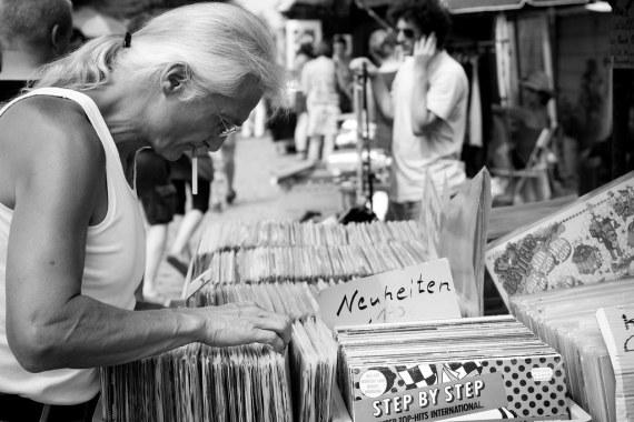 record searching - flea market - mauerpark
