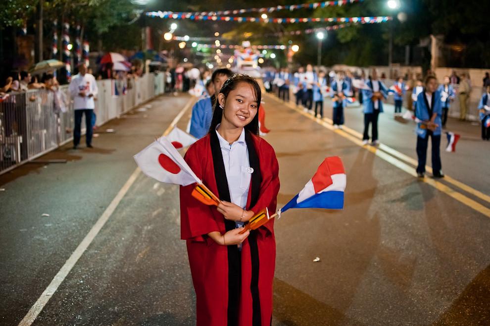Una bailarina componente de la comparsa japonesa posa con las banderas de Paraguay y Japón durante el Desfile de representaciones de los pueblos originarios, inmigrantes, de carnavales de Paraguay y de naciones invitadas el sábado 14 de Mayo sobre la Avenida Mariscal López. (Elton Núñez - Asunción, Paraguay)