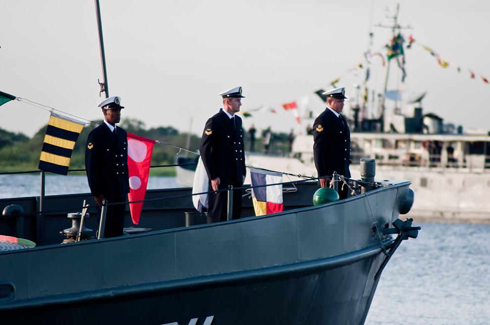 La Armada brasileña saluda al público que asistió a la exhibición de 6 buques de las Armadas Paraguaya, Brasileña y de otros países, que luego quedaron fondeados en la Bahía de Asunción durante el 14 y 15 de Mayo. (Elton Núñez - Asunción, Paraguay)