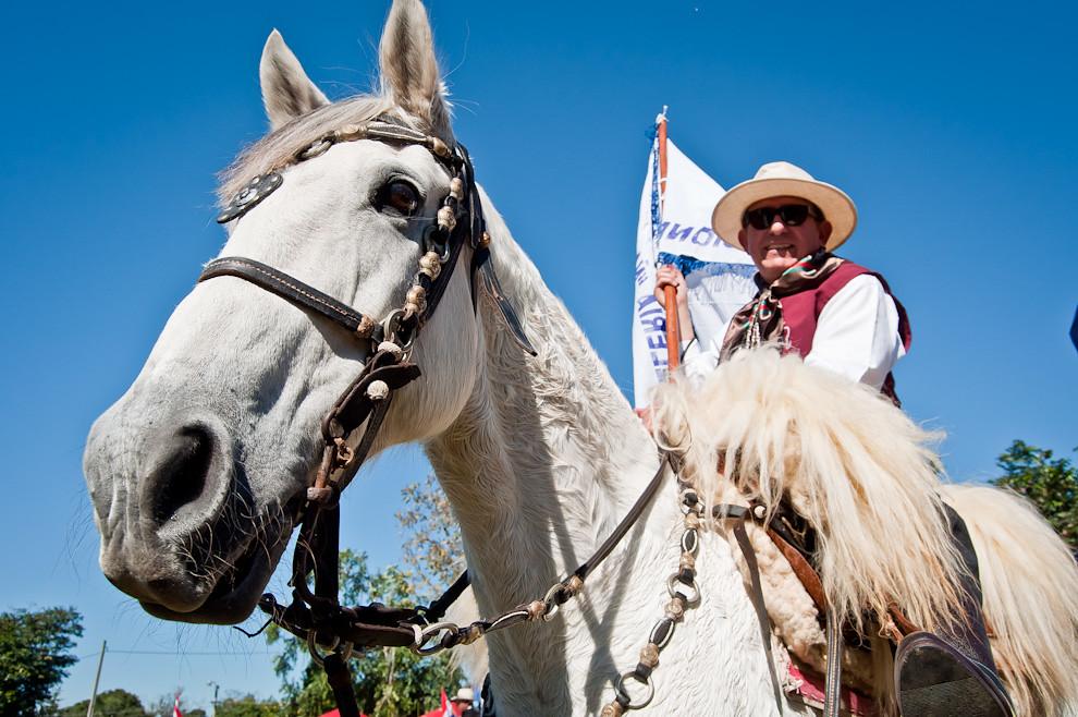 Un miembro de la Caballería Misionera aguarda con su caballo el comienzo del desfile de Caballería, que seguirá con demostraciones de habilidades de decenas de jinetes, eventos que se llevaron a cabo el domingo 12 de junio en horas de la mañana. (Elton Núñez, San Miguel - Paraguay)