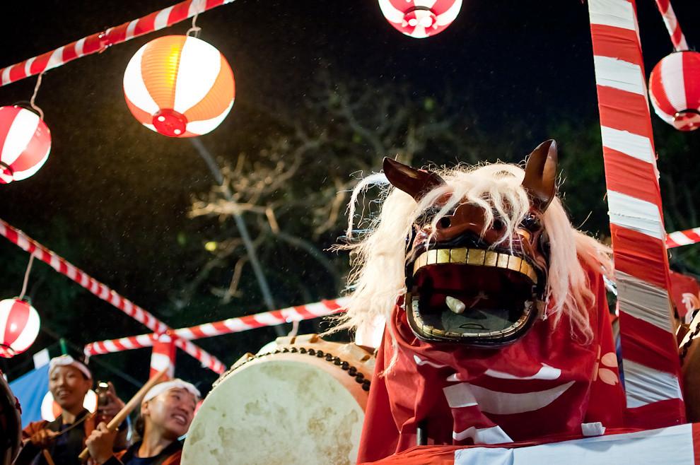 Una carroza de la comparsa Japonesa entretiene al público con un dragón durante el Desfile de representaciones de los pueblos originarios, inmigrantes, de carnavales de Paraguay y de naciones invitadas el sábado 14 de Mayo sobre la Avenida Mariscal López.  (Elton Núñez - Asunción, Paraguay)
