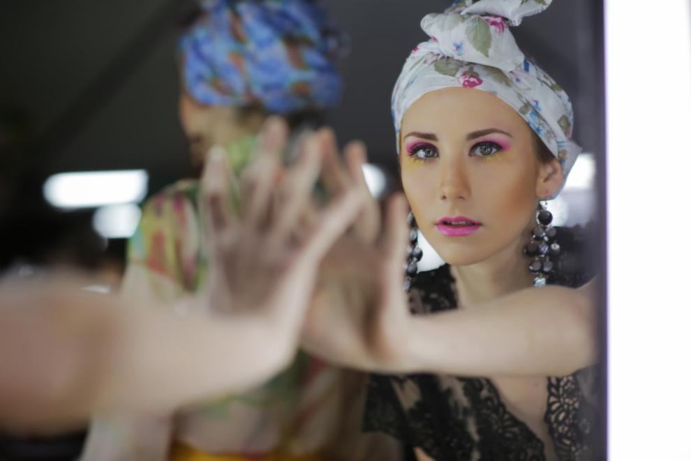 Giovanna Poletti posa ante las cámaras en el backstage del AFW (Rene Gastaldo)