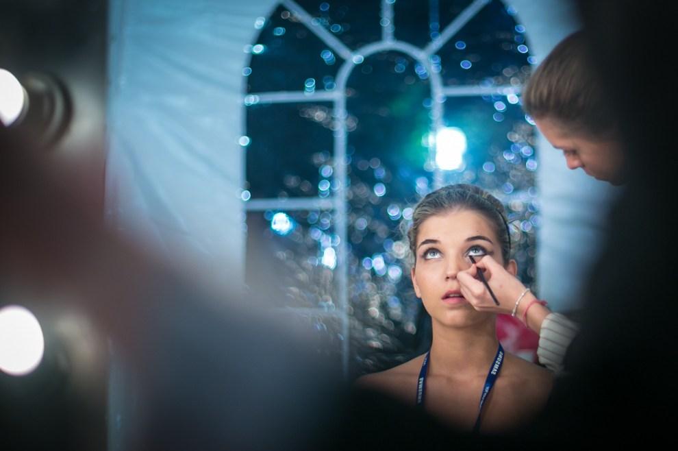 En el backstage del PAM las modelos se maquillaban y peinaban entre el ajetreo de un desfile y el siguiente. (Tetsu Espósito)