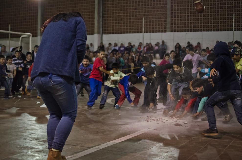 """Niños se lanzan por caramelos y diferentes clases de dulces caídos del """"Kambuchi Jejoká"""" en la fiesta de San Juan del Club 24 de Junio de la ciudad de San Juan Bautista, Misiones. (Elton Núñez)"""