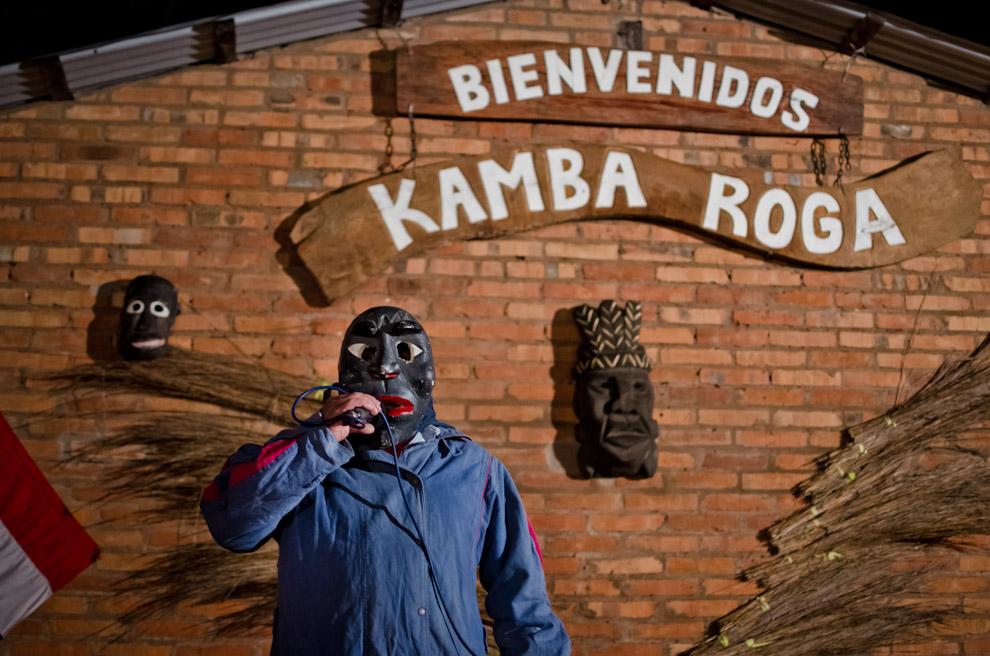 Un presentador anima al público y a los actores durante la representación del rapto de doncellas por parte de Guaicurúes, en las fiestas por el día de San Pedro y San Pablo, en la localidad de Itaguazú, distrito de Altos, departamento de Cordillera. (Elton Núñez)