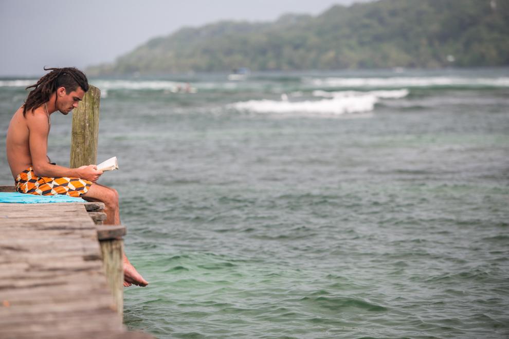 Un turista se relaja en un muelle de Isla Colón. Isla Colón es la isla principal del archipiélago de Bocas del Toro, situado al noroeste de Panamá en el mar Caribe. Con una superficie de 61 km cuadrados, es la isla más grande de la provincia de Bocas del Toro y la cuarta más grande del país. (Tetsu Espósito)