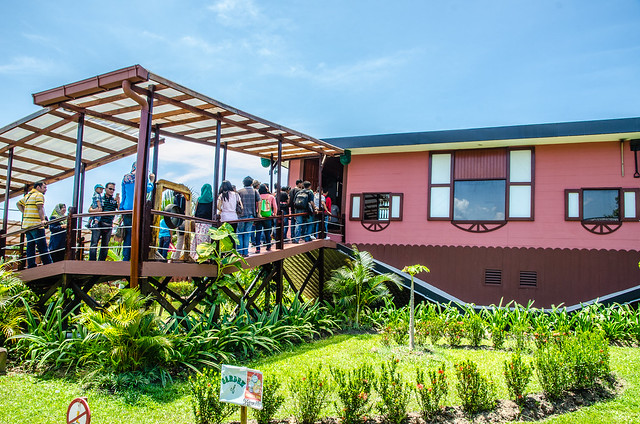 visiting rumah terbalik upside down house at tamparuli sabah
