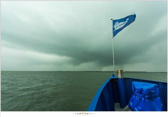 Op weg op de ms Zeehond met aan de horizon de regenbuien waar we doorheen zijn gegaan