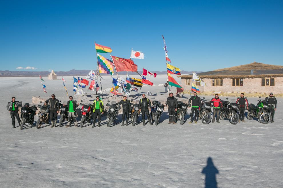 Frente a uno de los hoteles de sal en el Salar de Uyuni, una comitiva de viajeros paraguayos se reúne para tomarse una foto, luego de viajar varios miles de kilómetros desde Asunción. (Tetsu Espósito)