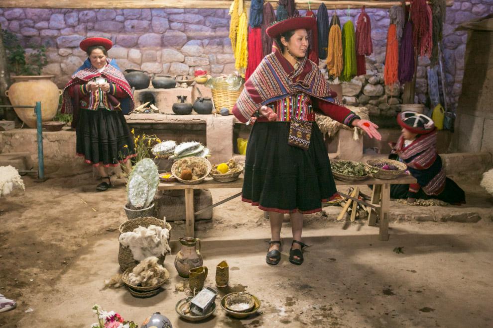 En la ciudad de Písac (también Pisaq) ubicada en las cercanías de Cuzco, Perú, mujeres hacen demostraciones de como realizan sus tejidos y artesanías y como obtienen tintas naturales para teñir sus tejidos. (Tetsu Espósito)