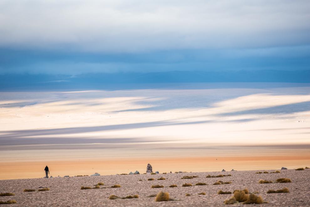 Los colores del desierto cambian constantemente y se vuelven indescriptibles, en esta postal que puede admirarse durante los 3 días que dura el recorrido turístico que inicia en la ciudad de Uyuni. (Tetsu Espósito)