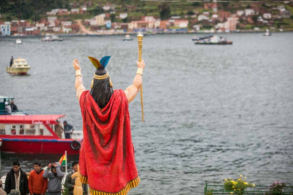 Esta imagen da la bienvenida al viajero a la entrada del lago Titicaca, un cuerpo de agua ubicado en la meseta del Collao en los Andes Centrales a una altitud promedio de 3812 msnm entre los territorios de Bolivia y Perú. Es el lago navegable más alto del mundo y ocupa el lugar 19º del mundo por superficie. (Tetsu Espósito)