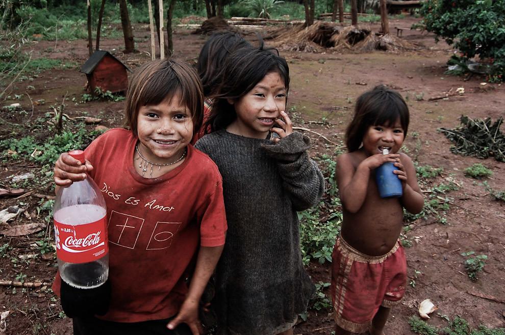 """Niños de la tribu indígena """"Mbyá"""" contentos por algunos obsequios improvisados, nos regalaron sonrisas y nosotros llevamos retratos para nuestro recuerdo. (Elton Núñez - Presidente Franco, Paraguay)"""