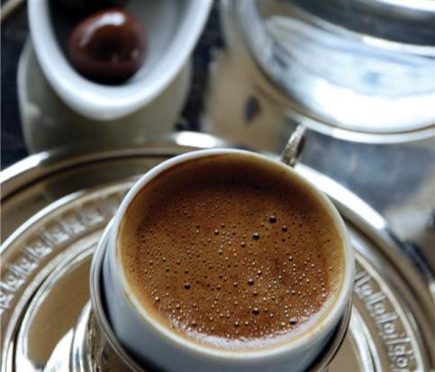 Kısa bir süre önce Atatürk Caddesi üzerinde 'Hayatı Duraklatın' sloganıyla hizmet vermeye başlayan Pause Cafe Türk Kahvesi'nde oldukça iddialı.