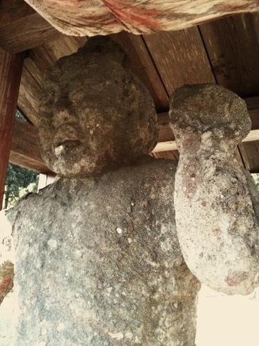 朝青龍にそっくりな石造りの仁王