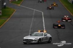 El auto de seguridad guía a los monoplazas a través de la pista en el GP de Australia 2010.
