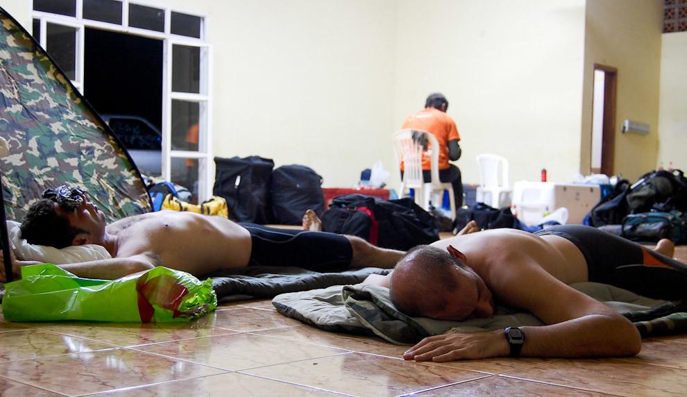 El equipo durante su merecido descanso en el puesto de control de la  Municipalidad de ItáKyry, como la carrera es de 24 horas en donde el descanso y la comida son cuestiones estratégicas, muchos participantes están agotados mientras que otros optan por continuar. (Elton Núñez - Itákyry, Paraguay)