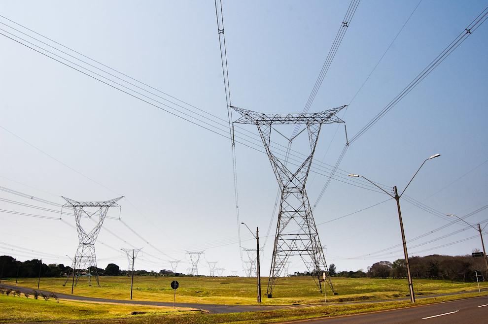 Torres de alta tensión forman parte de casi todos los paisajes de Ciudad del Este y Foz de Iguazú, a través de estos cables se conduce la energía proveniente de la Represa Itaipú hacia las Capitales de cada País. (Elton Núñez - Foz de Iguazú, Brasil)
