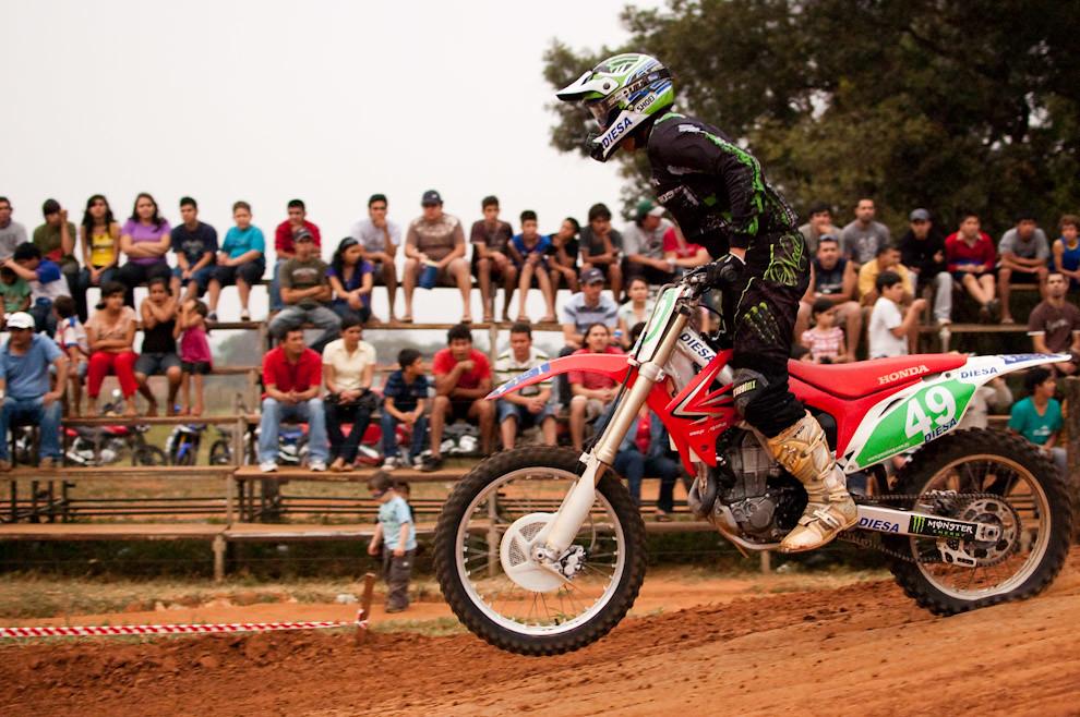 Osvaldo Caballero de la categoría MX1 culmina su salto en la 2da. fecha del campeonato metropolitano de Motocross llevada a cabo en Setiembre en el Circuito MX club de Luque. (Elton Núñez - Luque, Paraguay)