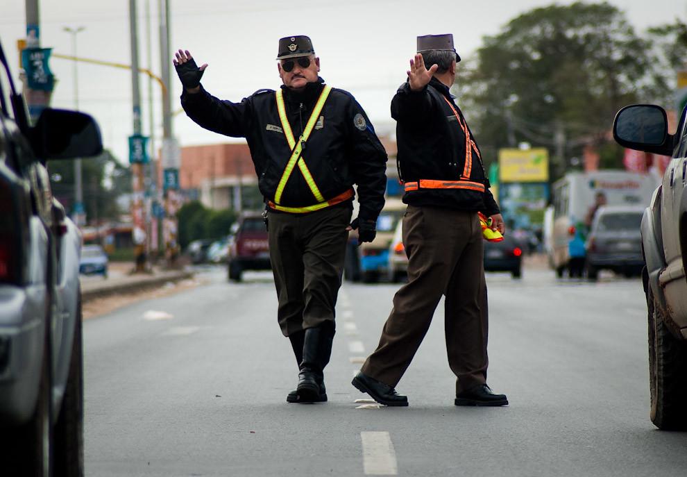 La policía caminera detiene el trafico para dar preferencia a los peatones frente a la Asociación Rural del Paraguay. (Elton Núñez - Mariano Roque Alonso, Paraguay)