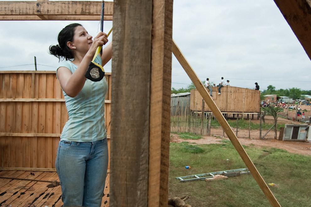 Etapa de construcción de las vigas para el techo de chapa, los voluntarios se mueven en el mismo ritmo, producto de una buena organización  que no permitió que haya atrasos en los progresos. (Elton Núñez - Asunción, Paraguay)