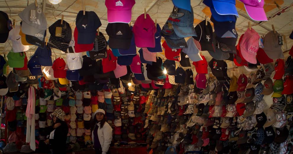 """Un local oferta sus """"kepis"""" de distintos colores para los asistentes a la Feria (Tetsu Espósito - Mariano Roque Alonso, Paraguay)"""