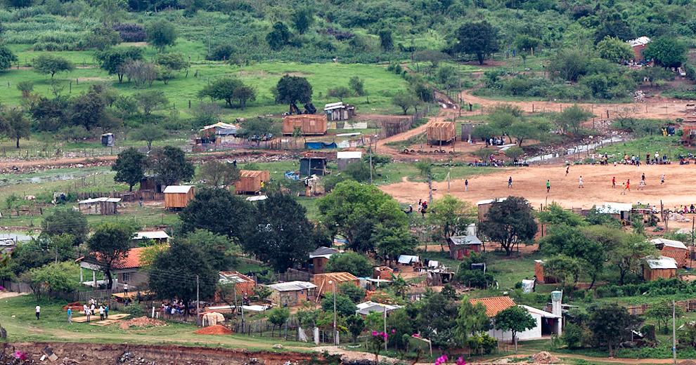Una vista desde el Cerro Lambaré de las viviendas que se construyen en el Bañado Sur (Tetsu Espósito - Lambaré, Paraguay)