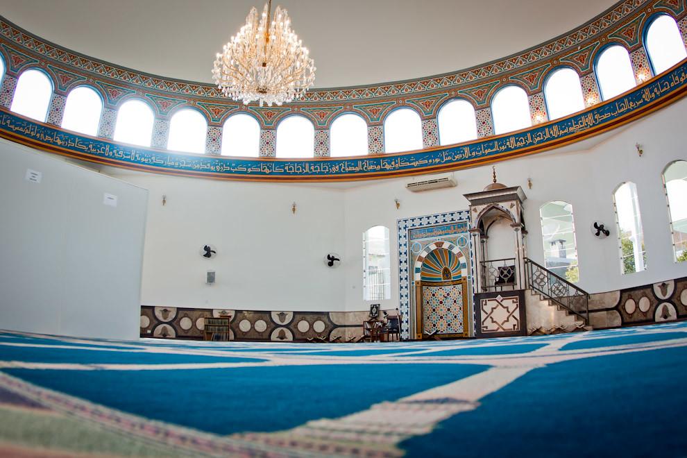 Aspecto interno de la Mezquita Musulmana en Foz de Iguazú, en el que se puede ver el oratorio donde se reza de frente mirando siempre hacia el noreste. (Pedro Ojeda - Foz de Iguazú, Brasil)