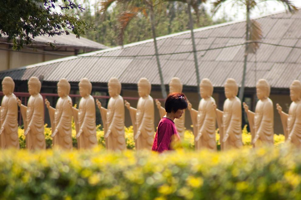 Una mujer china recorre el templo budista que se encuentra en el Jardín California  en la Zona del Barrio San Rafael, el templo es otro de los atractivos turísticos que se pueden disfrutar en una visita por Foz de Iguazú. (Elton Núñez - Foz de Iguazú, Brasil)