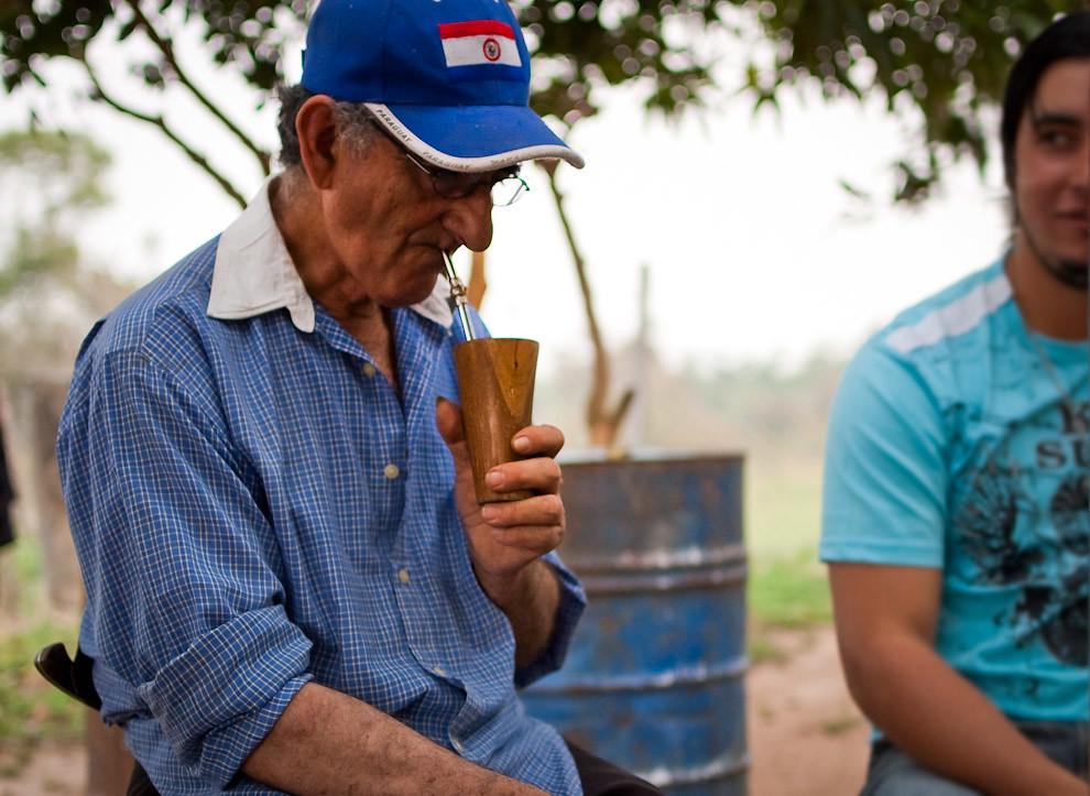 Calixto, un señor campesino que vive en Paraguarí toma un refrescante tereré con su sobrino bajo la sombra de sus arboles en la tarde del sábado 11 de Setiembre. El compartir un tereré es definitivamente la actividad mas popular en las épocas de calor. (Elton Núñez - Paraguari, Paraguay)