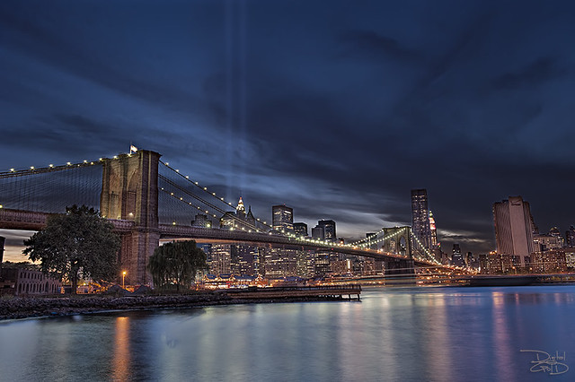 Brooklyn Bridge - 9/11 Memorial Lights por Mike Goldberg
