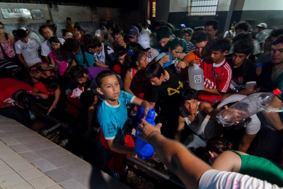 Despues de Visitar la Basílica de Caacupé muchos peregrinantes llegan hasta el Tupasÿ Ycua (naciente de agua) para llevar el agua, considerada bendita por los devotos de la Virgen. (Tetsu Espósito - Caacupé - Paraguay)