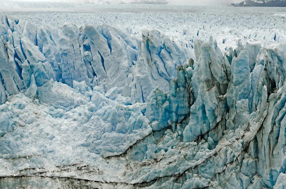 La muralla de hielo del glaciar Perito Moreno se extiende a kilómetros de profundidad y se encuentra en constante avance, creando un paisaje en constante cambio. (Roberto Dam - Patagonia, Argentina)