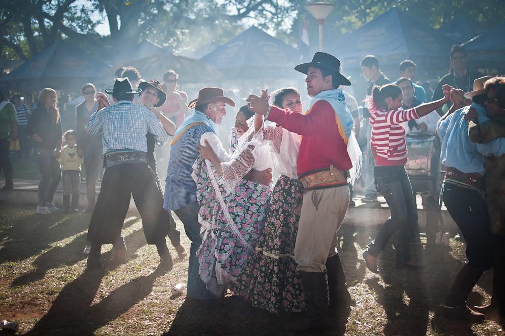 Habitantes del pueblo de San Miguel y otros visitantes de los distintos distritos del departamento de Misiones se reunieron en el centro de la plaza para bailar piezas de música paraguaya interpretadas por una banda local. Fue un divertido momento que recuerda a las viejas costumbres de la danza y el cortejo entre los hombres y mujeres paraguayas. (Elton Núñez, San Miguel - Paraguay)