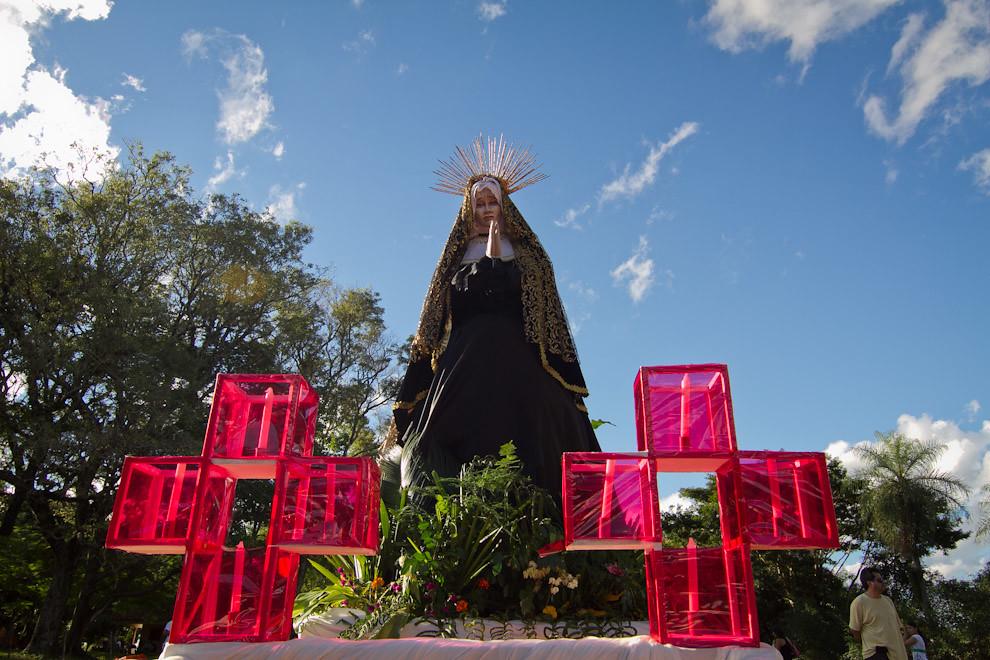 La Virgen, frente a la Capilla de Tañarandy, momentos antes de que se inicie la procesión. (Tetsu Espósito - San Ignacio, Paraguay)