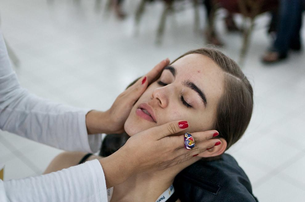 Una modelo está siendo preparada para ser maquillada en el backstage de uno de los desfiles de Asunción Fashion Week llevado a cabo en Setiembre. (Elton Núñez - Asunción, Paraguay)