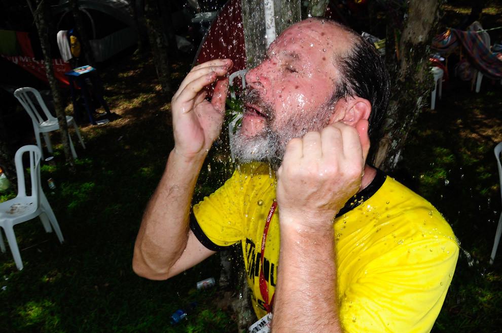 Un veterano participante del Trekking 10km se refresca bajo la ducha tan pronto como concluyó la carrera, posteriormente recibió su medalla de participación, luego disfrutar de un rico asado. (Elton Núñez - Piribebuy, Paraguay)